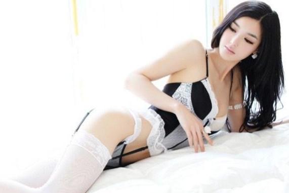 美女床上秀白色蕾丝吊带丝袜